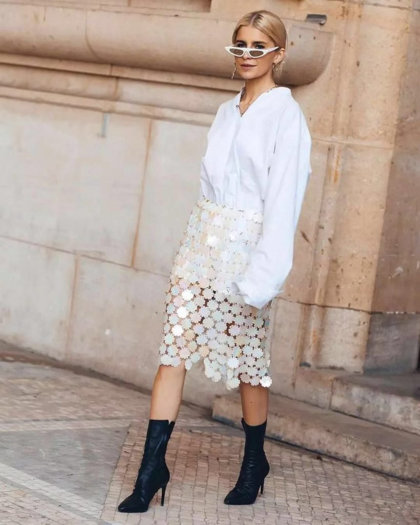 great way to match the long shirt with skirt